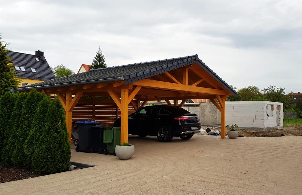 Carport aus Holz und Ziegeln