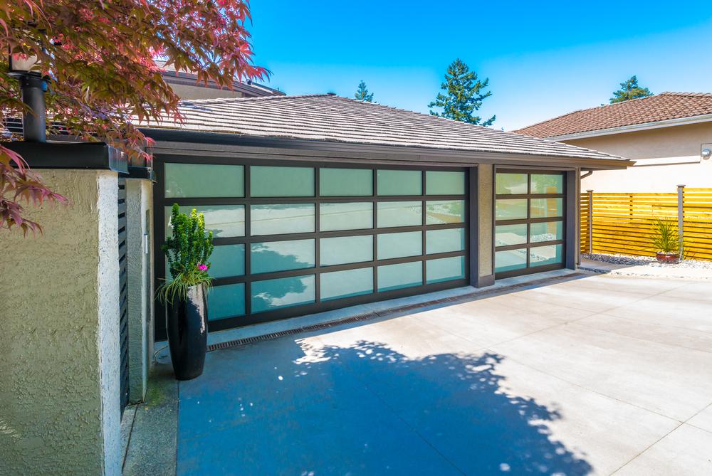 Moderne Garage mit Ziegeldach und Verglasung